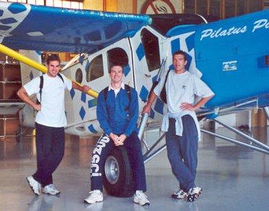 Sylvain, Lolo et Cyril devant le Pilatus Porter, le coucou qui doit nous emmener tout là-haut...