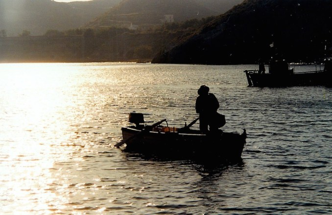 Santorin : fin d'après-midi à la Red Beach, un pêcheur rentre au port