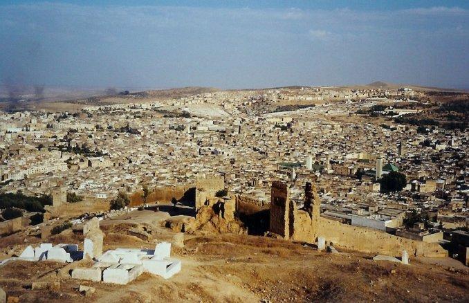 La vue panoramique de la médina de Fès, de la colline des tombeaux Mérinides