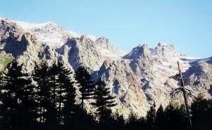 Au réveil, la beauté des sommets enneigés sous le soleil...