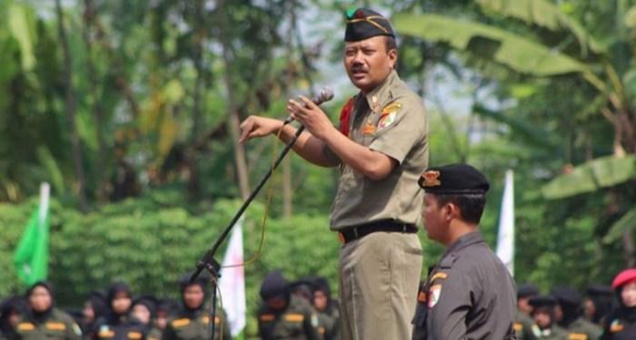 Komandan Banser Copot Spanduk Makar Khilafah!