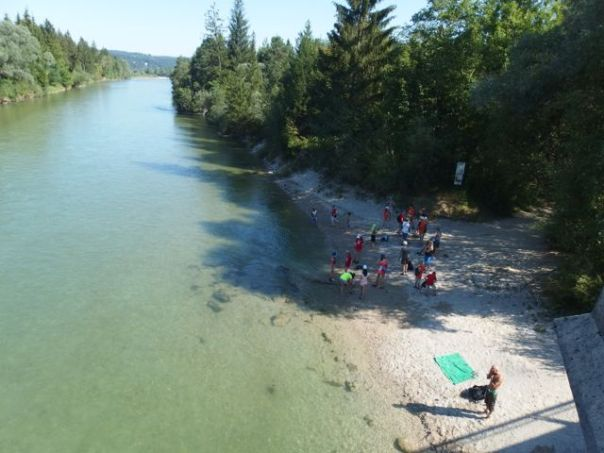 Swimmers at the Isar River.