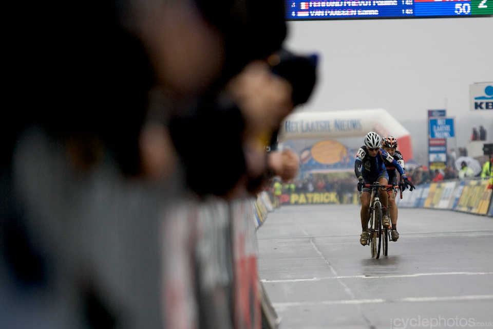 While the lead of Marianne Vos and Daphny Van Den Brand was never really threathened, Sanne Van Paassen and Pauline Ferrand Prevot worked together for a while. Van Paassen probably sat too on Ferrand Prevot's wheel, who gestured towards the Dutch to take her turn at the front.