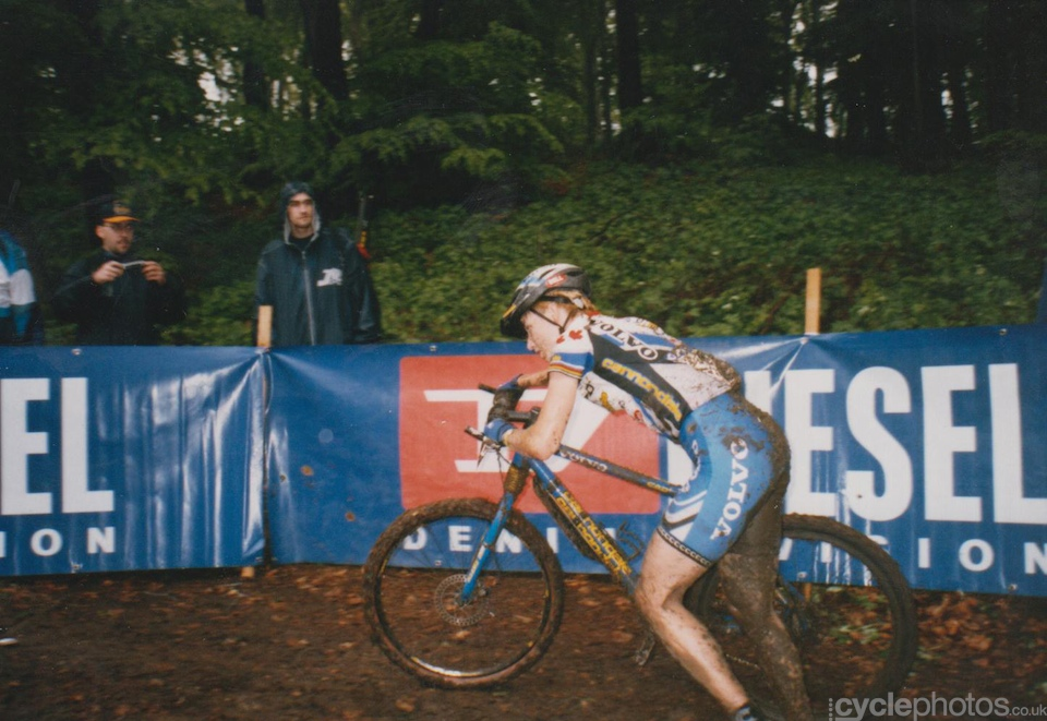 Alison Sydor struggles in the mud. Note the disc brakes on her Cannondale.