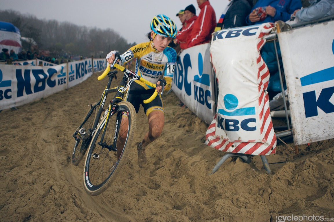 Nikki Harris in the second lap of the cyclocross World Cup race in Koksijde, Belgium. Photo by Balint Hamvas / Cyclephotos.co.uk