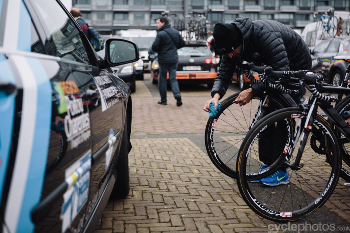 2015-womens-road-103127-ronde-van-drenthe-bike-cleaning