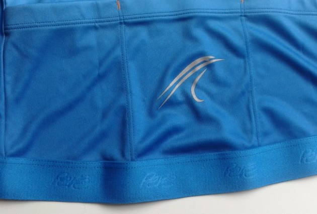 Reflective Pere logos on the jersey's rear pockets