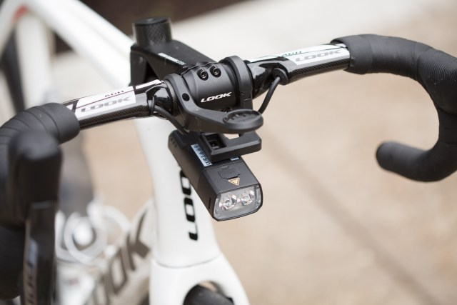 Giant HL1600 bike computer mounted below a Wahoo Elemnt outfront mount.