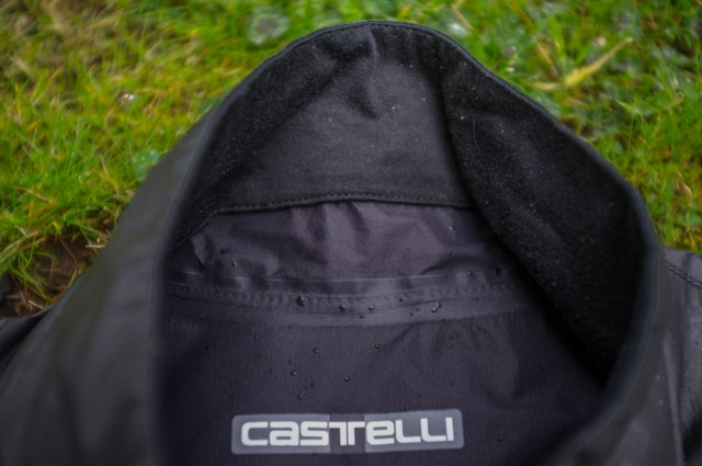 detail image showing the inside of the neck on the Castelli idro pro 2 cycling jacket.
