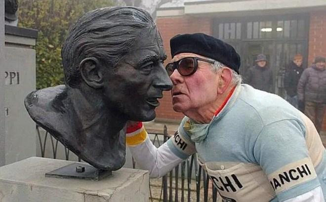 Valeriano Falsini salutes Fausto Coppi's bust