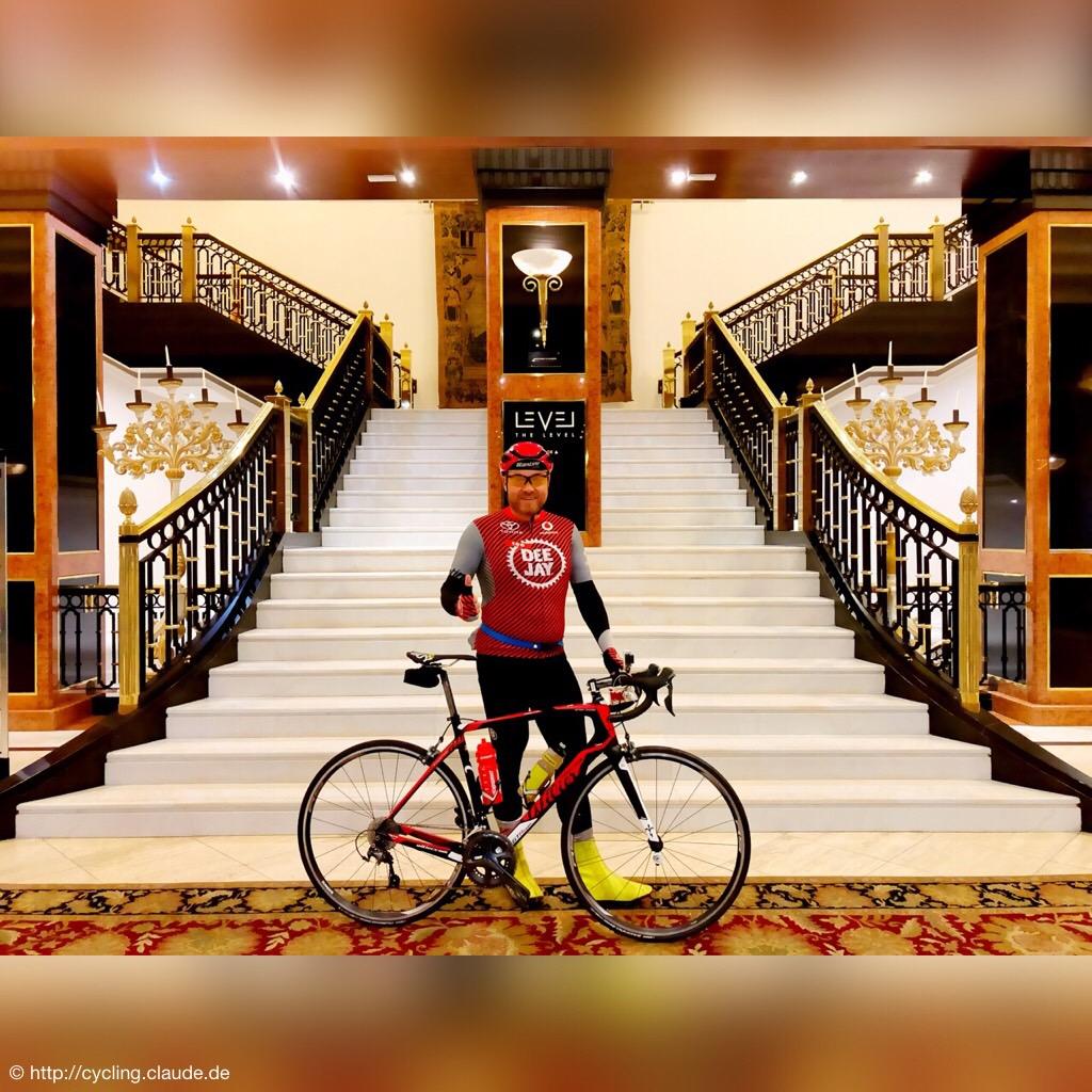 CyclingOlli in der Hotellobby mit Bike