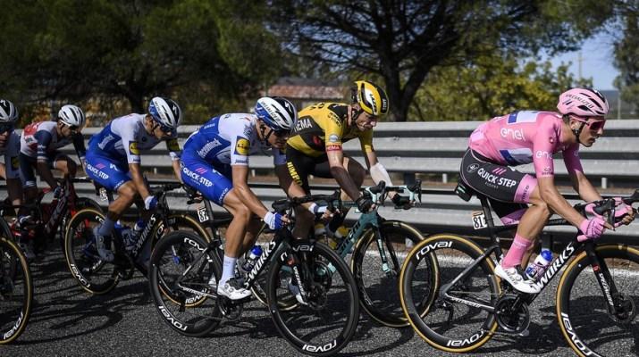 Joao Almeida Maillot rose - Tête du peloton - 7e étape Tour d'Italie 2020 - RCS Sport La Presse Fabio Ferrari