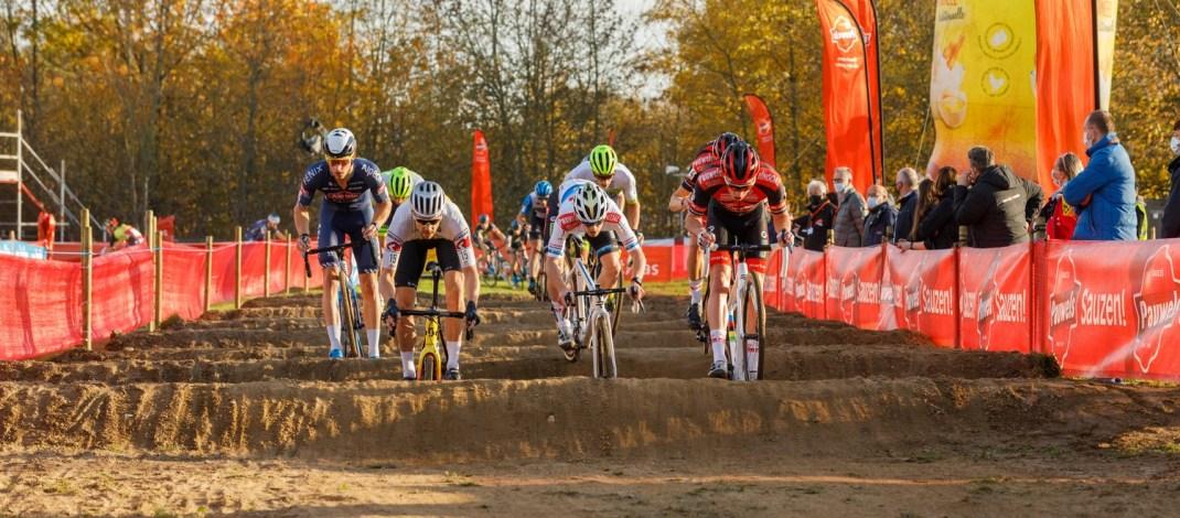Peloton dans les bosses - Cyclo-cross de Louvain 2020 - Alain Vandepontseele