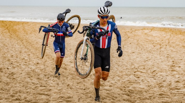 Curtis White et David Menut à pied - Championnats du monde de cyclo-cross 2021 - Alain Vandepontseele
