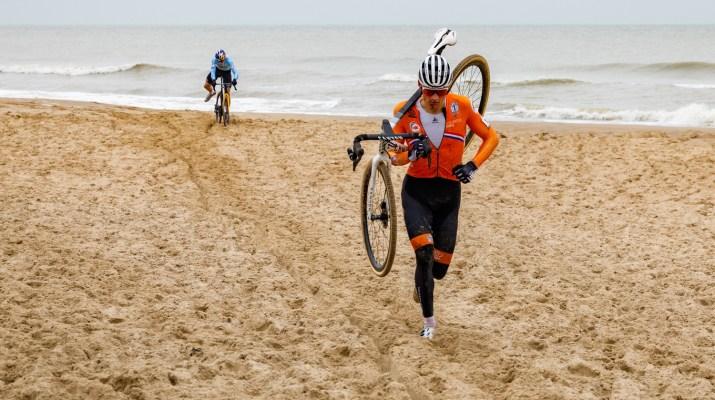 Mathieu Van der Poel et Wout Van Aert à pied - Championnats du monde de cyclo-cross 2021 - Alain Vandepontseele