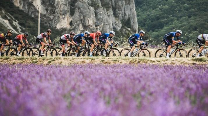 Peloton Deceuninck-Quick Step en tête - 10e étape Tour de France 2021 - ASO Pauline Ballet