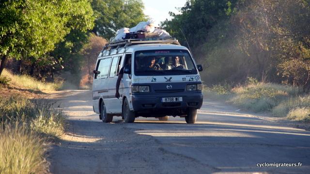 Taxi brousse, 20 personnes à bord