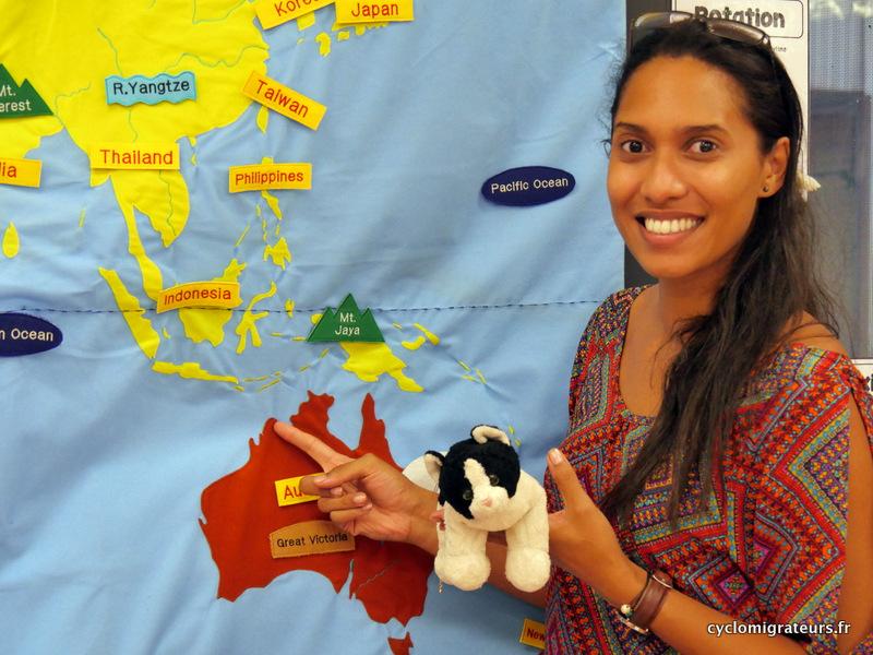 Stéphanie et Petit chat devant la carte de l'Australie