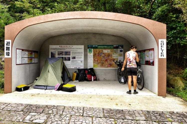 rifugio ai piedi del sentiero per il lago Onami, giappone campeggio libero