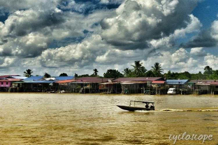 una longboat sul fiume Lawas, Sarawak, Borneo