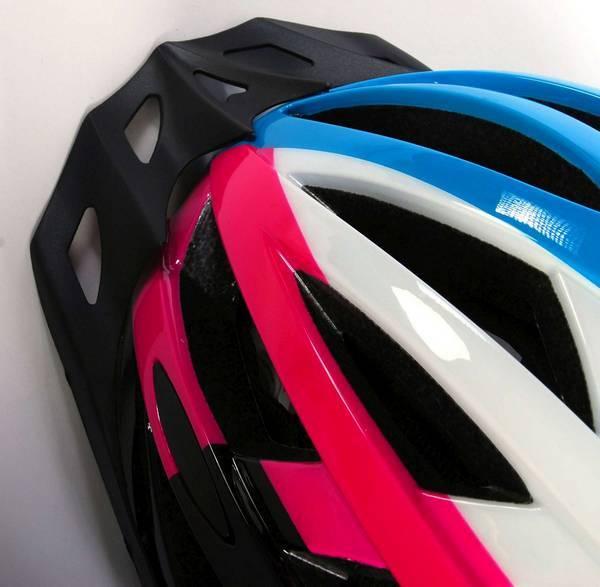 Salutoni dame cykelhjelm i smart sort, pink, hvid og blå farvekombination - front set oppefra