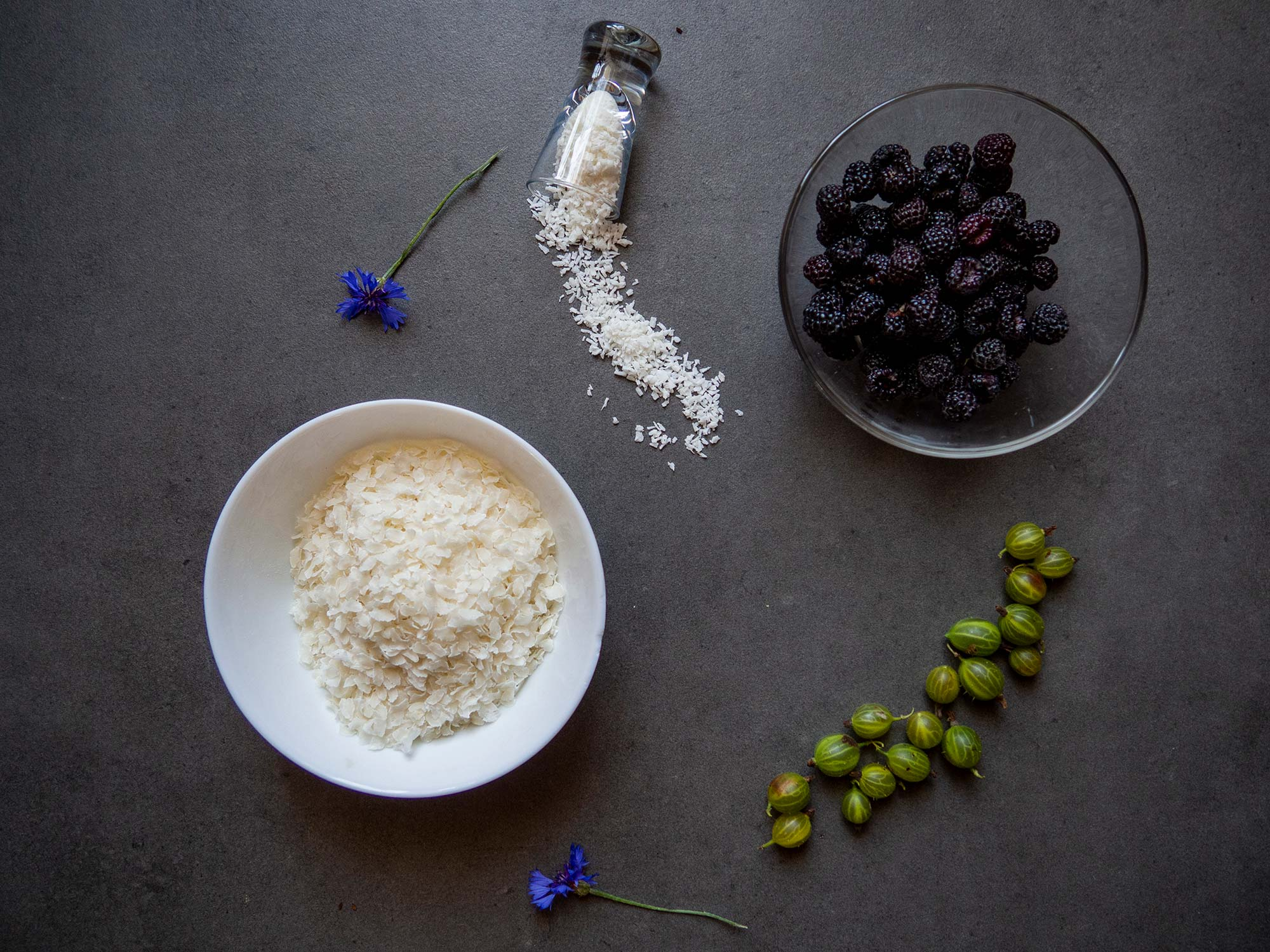 Coconut rice flakes with gooseberries and black raspberries mousse ingredients