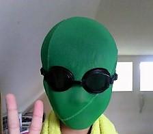 緑の水泳帽を顔にかぶってグリーンマンに返信する男の子