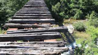 壊れかけの木の橋