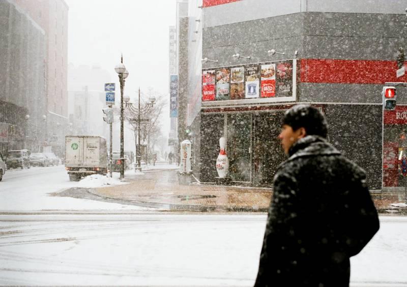 雪が降る札幌の交差点