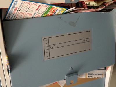 チラシや郵送物がはみ出したポスト