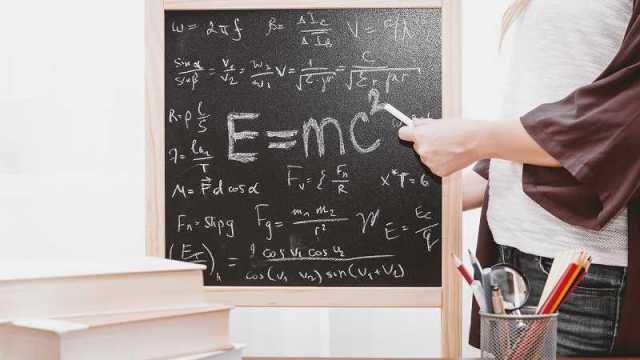 黒板の前の学生