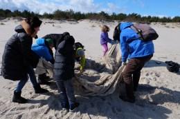 2016.03.19 - Ogarnij plażę na wiosnę. Śmieci bywały wielkogabarytowe
