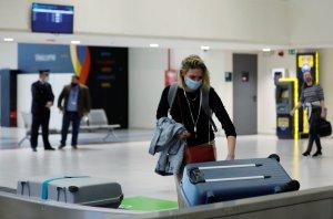 Η Ελλάδα θα άρει τον κανόνα της καραντίνας για περισσότερους ταξιδιώτες παρά την αύξηση των λοιμώξεων