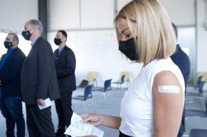 Η άποψή μας: Η κυβέρνηση δεν έπρεπε να μας δώσει καμία επιλογή έναντι του εμβολίου