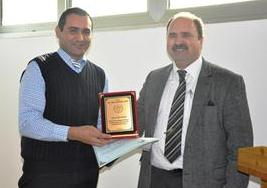 Zeki Akçam (left) and students have been presented with a plaque by Gökhan Şengör.(right)