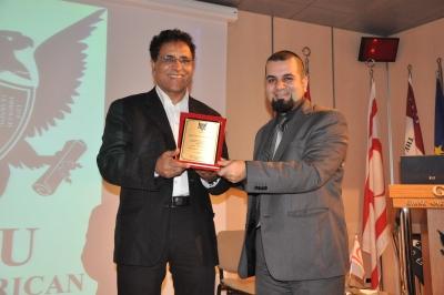 Prof. Dr. Jakob Rigi (left) receives a plaque from Prof. Dr. Hossein Sadri. (right)