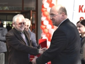 Mike plant is presented with an award at the Girne State Hospital