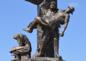 64 Kilitbahir monument a Turkish soldier helps an Anzac soldier image