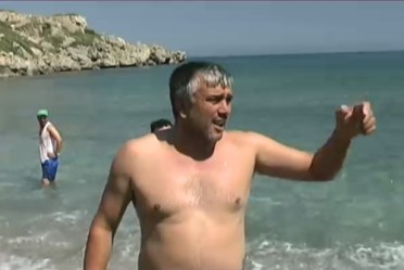 Esentepe Mayor Cemal Erdoĝan is directing the beach cleaning