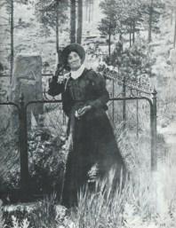 Martha Jane Canary (Calamity Jane) by Wild Bill Hickok's grave 1900