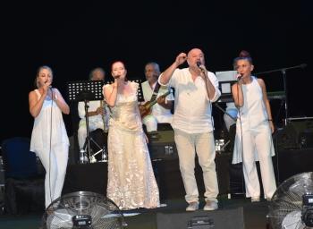 Candan Erçetin and Kardeş Türküler concert (11)