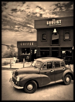 The Soulist and an old car