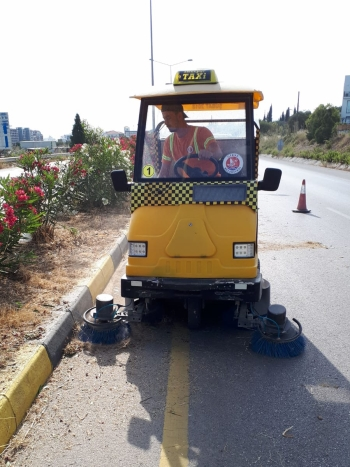 Cleaning Work Continues on Girne West Ring Road (2)