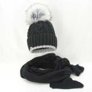 elegancki-zimowy-komplet-damski-czapka-z-pomponem-szalik-czarny