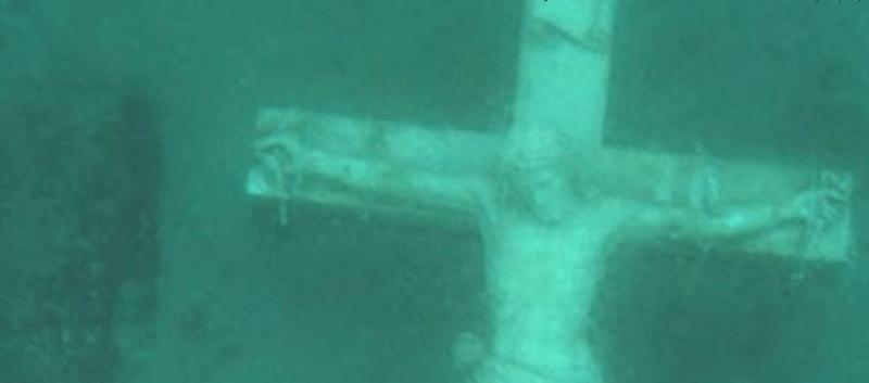 Olbrzymi podwodny Jezus przyciąga setki ludzi do zamarzniętego jeziora Michigan
