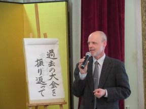 当時の日本語学習事情について話すシーコラ日本研究科長
