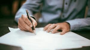 Dekorativna fotografija ruku koje potpisuju neki dokument