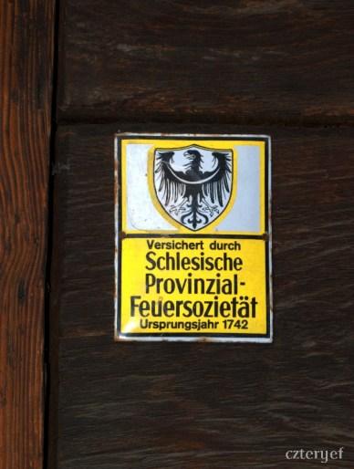 Tabliczka na budynku szkoły