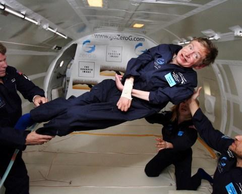 Stephen Hawking podczas lotu w tanie nieważkości