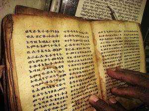 Święta księga zapisana w języku ge'ez. W tym języku były spisane księgi przechowywane w bibliotece w Aksum.